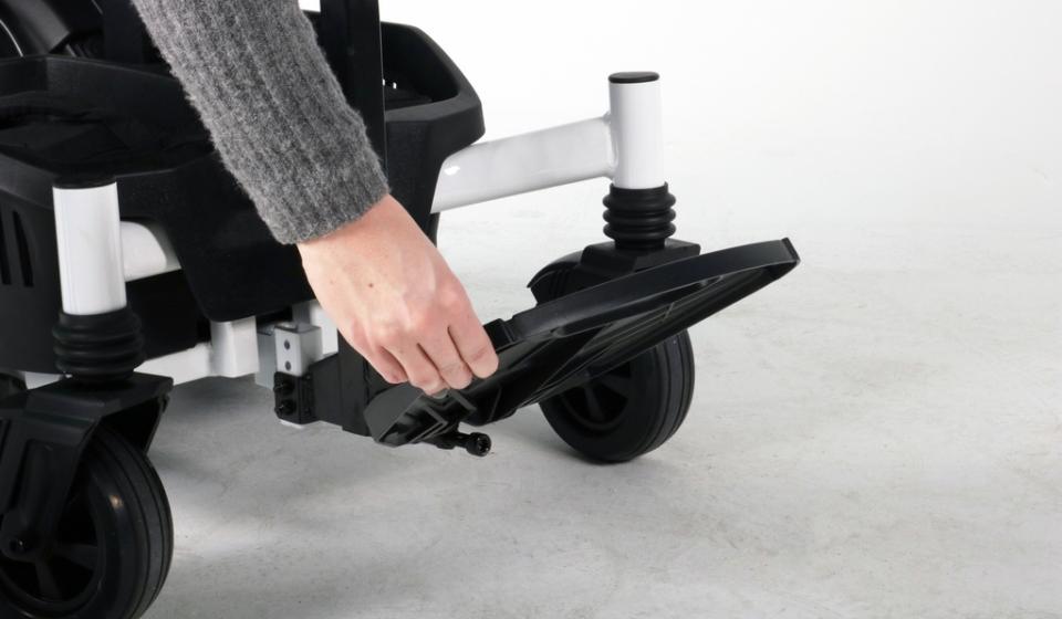 Die Fußplatte ist wegklappbar zum sicheren Ein-und Aussteigen